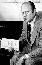 Prezident USA Gerald Ford vroce 1975 se zprávou ovyšetřování MK Ultra.