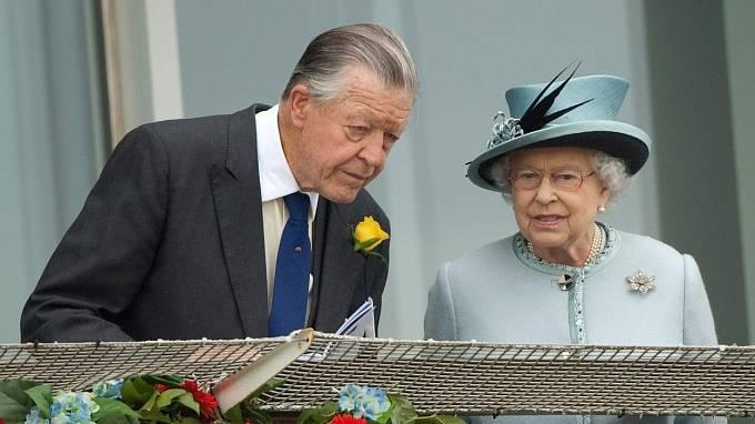 Královna Alžběta II. a Sir Michael Oswald