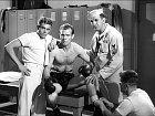 James (vlevo) se objevil také vmuzikálu Sailor Beware (1952).