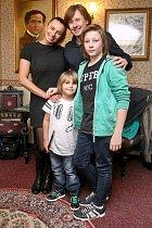 Alice Bendová s Pavlem Kožíškem a jeho syny
