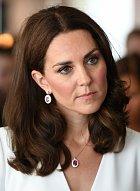 Jenže přes svou sympatickou povahu bojuje Kate neustále s nějakými problémy… Válčila s ní Camilla, vlastní rodina jí dělala ostudu, objevily se i první problémy v manželství s princem Williamem.