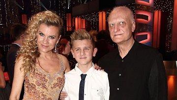 Leona Machálková se synem a Bořkem Šípkem v zákulisí StarDance.