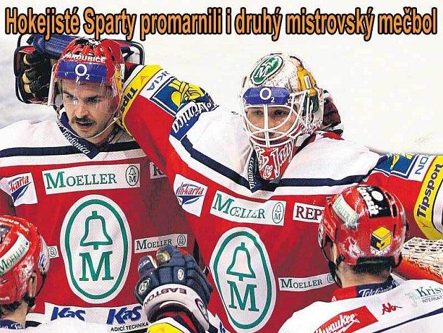 Gólman Ján Lašák jásá v kruhu spoluhráčů, Pardubice nepřipustily konec finále.