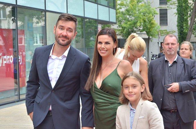 Marek Ztracený s partnerkou a synem na premiéře filmu Gump - pes, který naučil lidi žít.