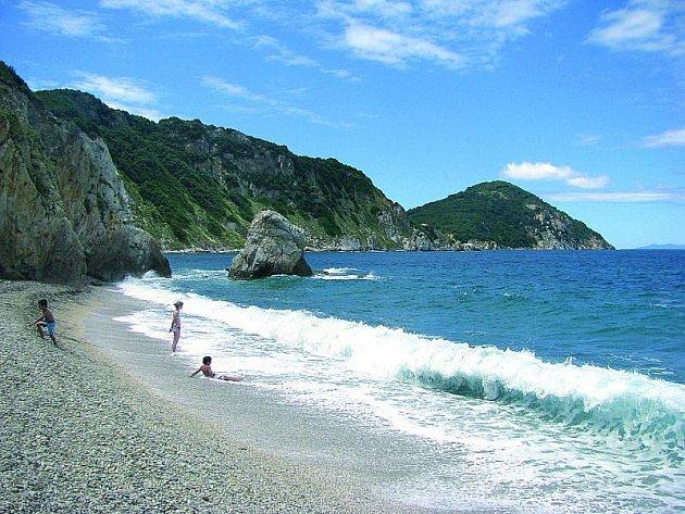 Pláže na Elbě jsou malé, ale malebné.