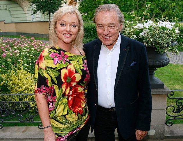 Tolkki navíc tvrdí, že Gottová byla ze vztahu sotcem často depresivní!'Karel Gott roky vlastně zapíral, že by Dominika byla jeho dcera, ačkoliv je mu velmi podobná. Nikdy si nebyli blízcí a ona ztoho často byla smutná,' vzpomíná Timo.