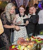 Iva Pazderková, Marie Dolaželová a Michal Zelinka se smáli exotickému občerstvení.