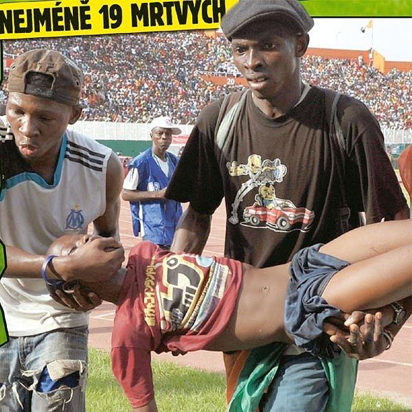 Odnášejí bezvládné tělo kluka, co se těšil na fotbal a milovaného Didiera Drogbu.