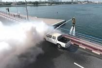 Být hasičem v Dubaji znamená trávit den ježděním na vodním skútru a létáním nad vodou.
