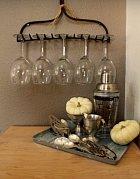 Staré hrábě můžete využít jako držák na skleničky.