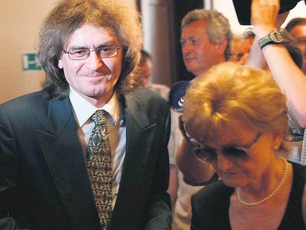 Bohumil Kulínský měl po skončení jednání u soudu opět důvod k úsměvu. Soud v Hradci Králové ho podruhé zprostil obžaloby z pohlavního zneužití dvou členek sboru.
