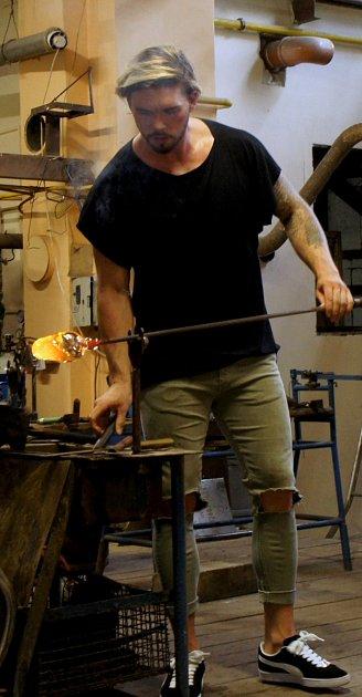 Model na chvíli vyměnil přehlídková mola za řemeslo skláře.