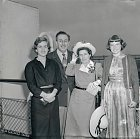48 let: Walt srodinou naluxusní lodi Queen Elizabeth. Zleva: dcera Diane, manželka  Lillian, adoptovaná dcera Sharon.