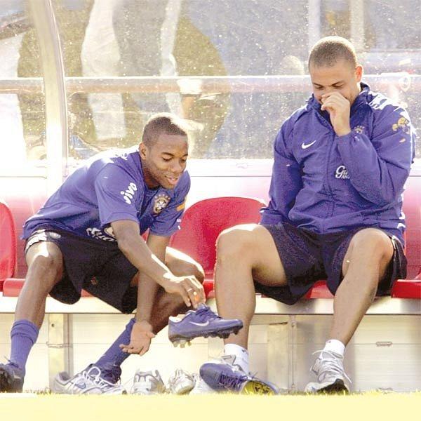 Ronaldo a Robinho se veselí. Snad mají radost ze hry, nebo že by si před chvilkou šňupli?