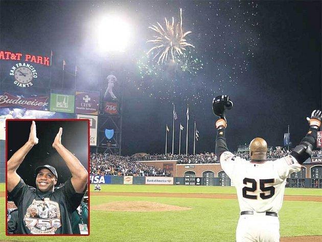 Barry Bonds kyne divákům - právě zlomil homerunový rekord!