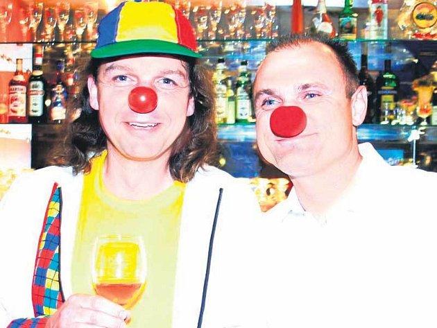 Ministr Ivan Langer ukázal, že si ze sebe mí udělat legraci. Na fotce se zástupcem občanského sdružení Zdravotní klaun.