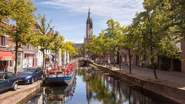 Věž kostela Westerkerk v pozadí u Kanálu princů
