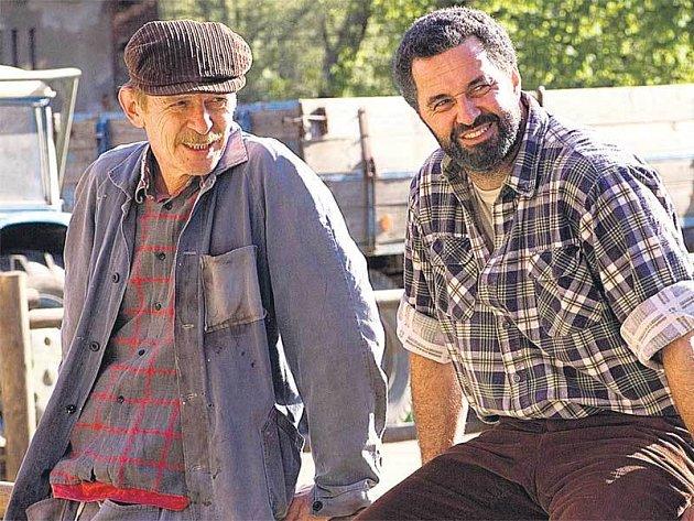Martin Dejdar jako Antonín Maděra a Jiří Schmitzer v roli Kandy, to jsou hlavní postavy seriálu Zdivočelá země III.