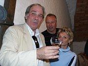 Venturův syn Laurent je znalcem vín. Takto vroce 2003 ochutnával úrodu vKroměříži.