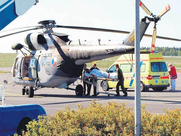 Poraněného muže přepravil vrtulník do Plzně na plastiku ruky.