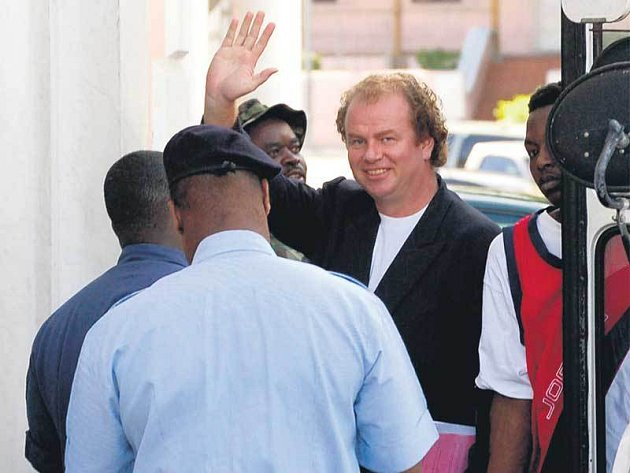 Viktor Kožený při odchodu z věznice rozdával úsměvy.