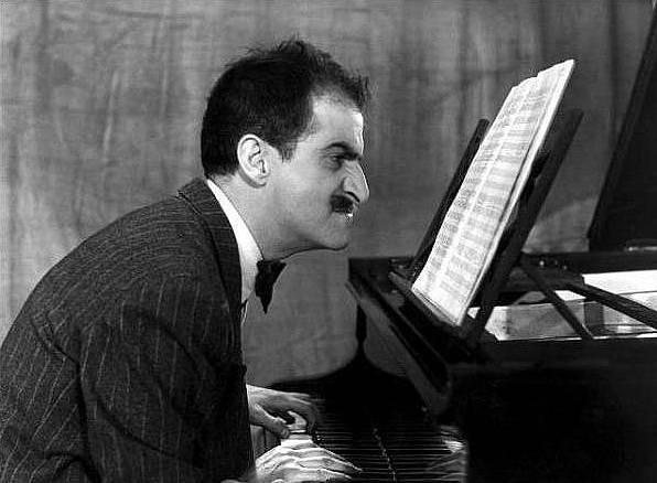 Vkomedii Poprask vkabaretu (1954) hrál šíleného pianistu.