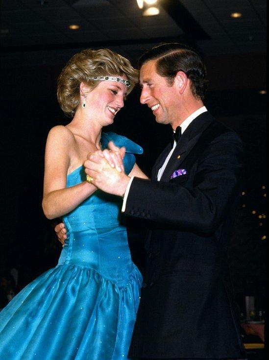 Princezna Diana při tanci s manželem, britským následníkem trůnu Charlesem. Na veřejnosti se léta snažili chovat jako šťastní manželé, přesto, že jejich soužití nebylo ideální. V prvních letech manželství údajně ale byly i šťastné chvíle.