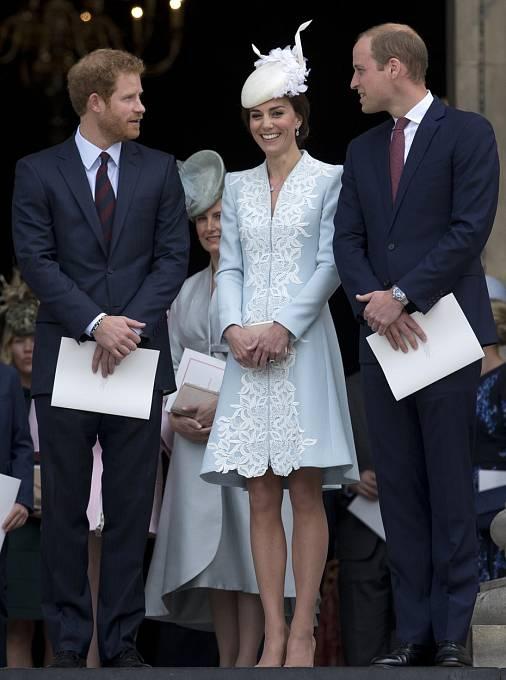 Míru toho, co si mohou na veřejnosti dovolit, určila královna.