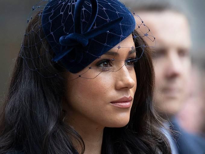 Princ Harry ani jeho žena nebudou podle dohody s královskou rodinou nadále užívat titulu královská výsost.