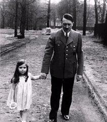 Hodný strýček Adolf a malá roztomilá Helga Goebbelsová. Ano, tak by se možná mohl jmenovat tento snímek. Ačkoli Adolf Hitler byl pomatenec, který se dostal k moci a provedl strašlivé věci, prameny říkají, že děti a zvířata měl rád.