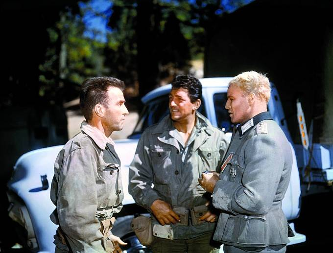 Montgomery Clift, Dean aMarlon Brando veválečném filmu Mladí lvi (1958).