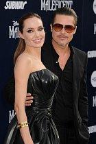 Na červený koberec dorazila s partnerem Bradem Pittem...