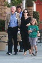 Angelina s otcem a dcerou Vivienne.