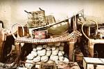 Ceremoniální postel ve tvaru nebeské krávy a další věci nalezené v hrobce.