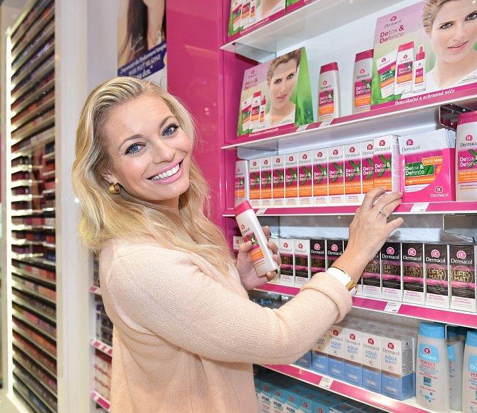 Lucie Borhyová na nákupech