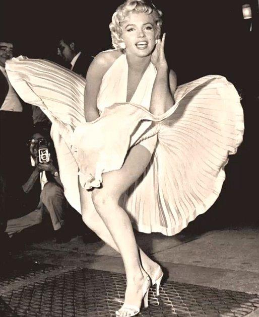 Samozřejmě jsou to dokonalé šaty Marilyn Monroe zfilmu Slaměný vdovec. Ovšem pozor, světem se traduje chybná myšlenka, že byly bílé. Kdepak, byly vodstínu slonoviny.