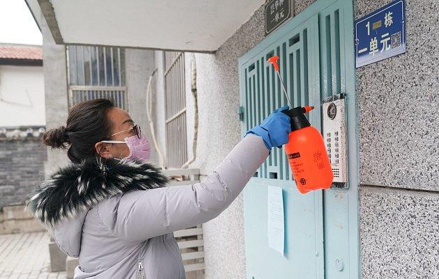 """Zasahuje nejčastěji sliznice horních a dolních dýchacích cest a spojivky,"""" informuje ministerstvo zdravotnictví. Lze se tam dočíst, jak se koronavirus projevuje."""