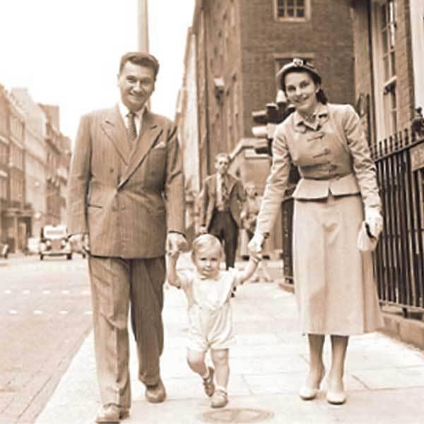 Na dobové fotografii Tomáš Baťa mladší se svou ženou a synem Thomasem Georgem, který dnes řídí Baťovo impérium.