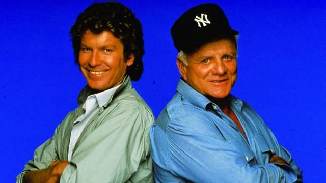 Ústřední dvojice seriálu Hardcastle aMcCormick. Někde se vysílal pod názvem Soudce azávodník.