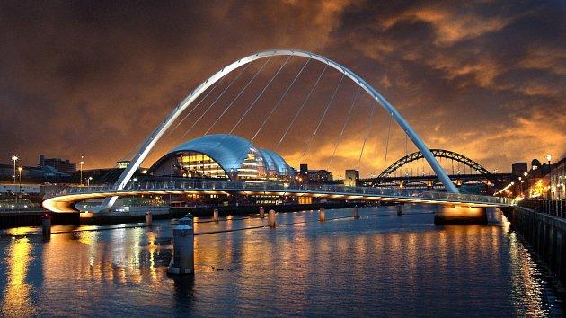 Millenium Bridge spojuje Newcastle s Gatesheadem.