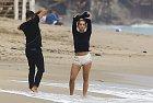 Rita Ora minulý víkend fotila kampaň na pláži v Malibu.