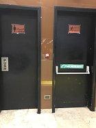Dámské záchody vlevo, únikový východ v pravo, pánské záchody k nenalezení.