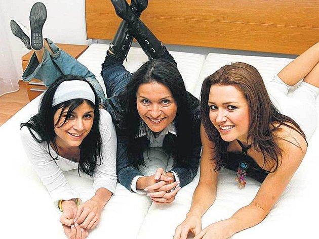 I ředitelka soutěže Česká Miss Michaela Maláčová (uprostřed) si vyzkoušela společně s misskami Lilian (vlevo) a Evou (vpravo) novou postel.