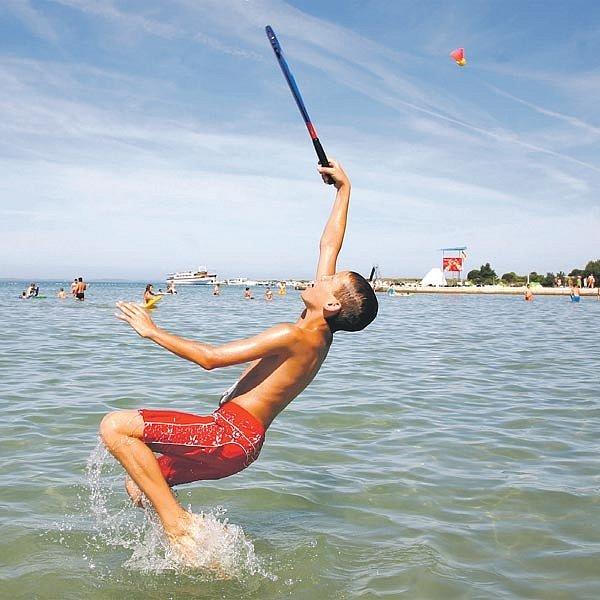 Pláže u Jadranu lákají turisty.