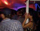 Rihanna si zakrývá tvář, DiCaprio v kostkované košili prochází kolem jako by nic...