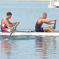Chalupa (vpravo) a Makovička se na kanálu Šen-i opírají do vesel, do českých veslařů se zase opírá sluníčko.