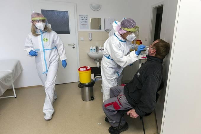 Pokud bude mít zaměstnanec pozitivní antigenní test, musí ho potvrdit PCR.