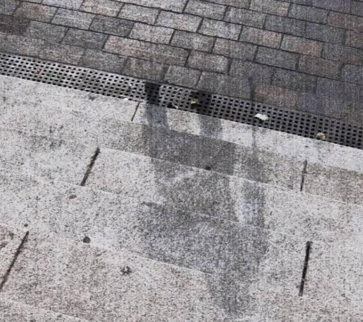 """Po atomové bombě shozené na Hirošimu, byly všude takovéto """"stíny""""... jediné, co po lidech zbylo."""