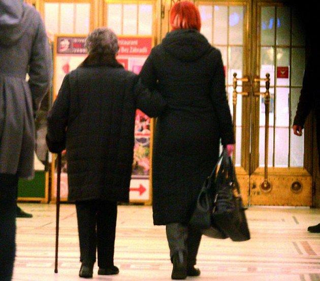 Jiřina Jirásková je opravdová dáma. Cestou do divadla se drží zcela zpříma.