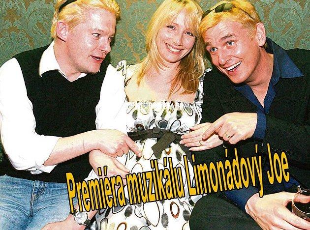 Aleš Hama (vlevo) i Lumír Olšovský jsou přesvědčeni, že blond barva vlasů se jim povedla. Manželka Hámy (uprostřed) až takovou radost z nové barvy neměla.